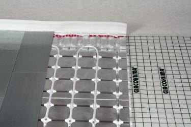 Příklad instalace suché podlahovky R883-1 GIACOMINI s pozink plechy